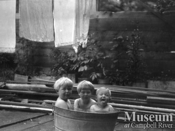 August and Zaida Schnarr's daughters having a bath
