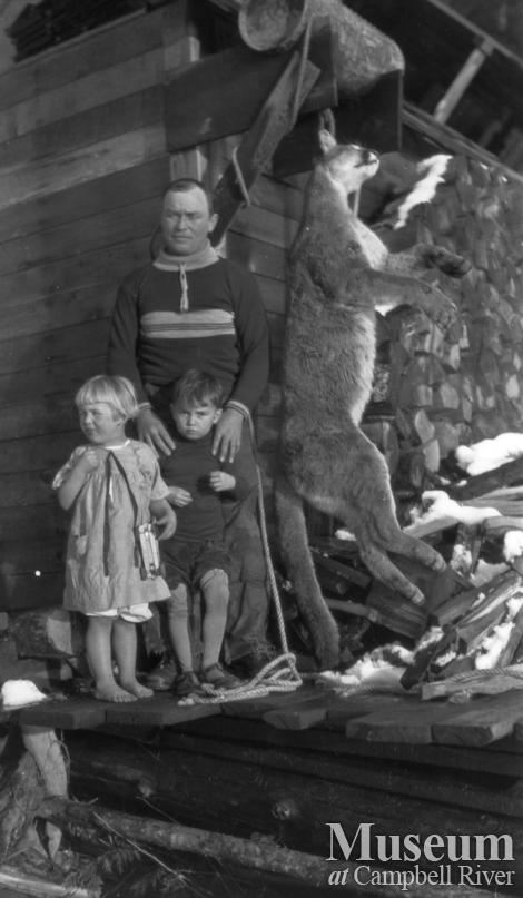 Ed Atkins with children on Schnarr's porch with cougar early 1920's