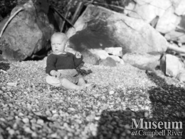 August and Zaida Schnarr's daughter on beach